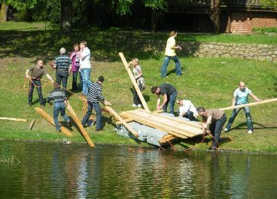 Floßbau Teambuilding